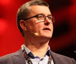 Pete Cooper Keynote on stage at Sydney Town Hall during SydStart 2015 (now StartCon) after sale to Freelancer.com
